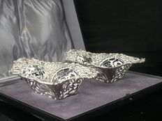 Pair of Silver Dishes, Sheffield 1902, Walker & Hall in original case