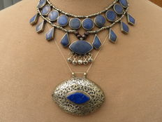 Necklace with pendants and a decorated pendant inlaid with lapis stone paste – Afghanistan – second part 20th century.