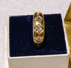 Vintage / antique gold ring of 18 kt with three diamonds, approx. 0.60 ct in total