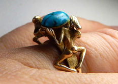 Imposing erotic ring in gold with turquoise.