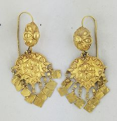 Indian earrings from the north (Gujarat/Rajasthan), early 1900s –18 kt gold