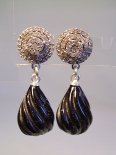Diamond earrings with articulated suspensions made of onyx droplets
