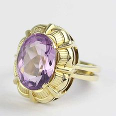 An imposing women's ring made of 14 kt or 585/1000 gold with a beautiful facetted amethyst, ring size approx. 58 (18.5 mm), approx. 6.62 g