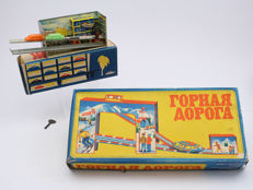 LMW, USSR - Length 30-50 cm - Lot with Tin wind-up Mountain Train and Parking Garage, 1970/80s