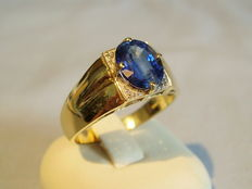 Gold ring with faceted Kashmere blue natural sapphire of 1.8 ct and 4 diamonds of 0.04 ct