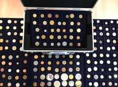 World - Batch of various coins including antique in 6 coin trays + coin case (203 pieces) including silver