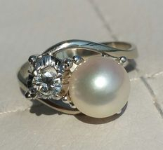 Contrariè Toi et Moi 18 kt gold ring with a 8 mm glossy pearl and a 0.20 ct diamond