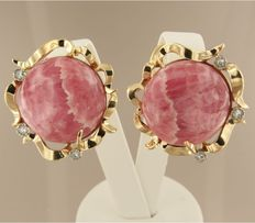 Yellow, 14 kt gold clip-on earrings set with rhodochrosite and 6  single cut diamonds of approx. 0.18 carat in total.
