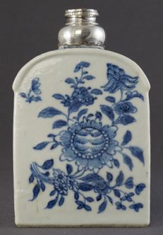 Tea canister with silver frame and under glazed floral decor - China - approx. 1760, Qianlong period (1735-1796)