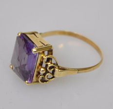 Spritzer Fuhrmann – Yellow gold ring with stone