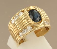 18 kt yellow gold band ring  set with a central 1.30 ct sapphire and 12 brilliant cut diamonds, ring size 16 (50)