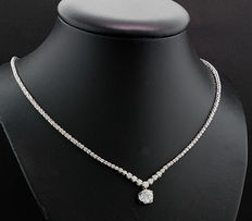 A brilliant necklace of 4.21 ct, of which one stone holds 1.30 carat, in 750 / 18 kt white gold *No reserve price!*