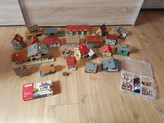 Scenery H0 - 23 buildings, 1 station, 1 building kit and a sorting bin with 150 painted figures, various farm animals and 5 cars