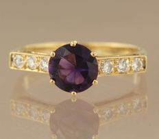 18 kt yellow gold ring with amethyst and 6 diamonds on the shin; ring size 18 (56)
