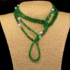 18 kt gold. Necklace with  emerald and cultured baroque pearls, with gold trimmings at each side of the pearls. Length: 168 cm.