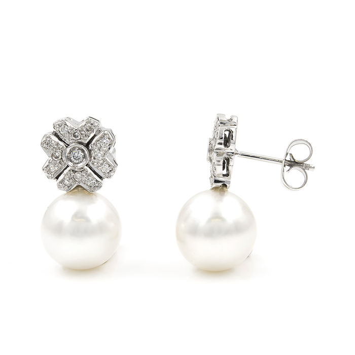 Flower design earrings with 0.45 ct diamonds and Australian South Sea pearls measuring 10.60 mm in diameter.