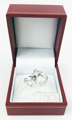 Solitaire ring in 18 kt white gold with 0.28 ct G/VVS diamond – diameter: 18 mm