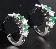 14 kt white gold creole earrings set with brilliant cut emerald, approx. 0.50 carat in total, and diamond, approx. 0.75 carat in total, height 1.9 cm.