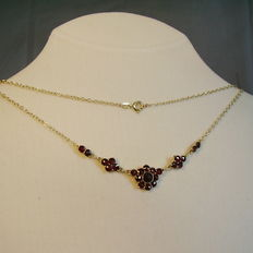 Victorian gold necklace with garnet roses