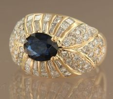 18 kt yellow gold ring, set with an oval-cut sapphire of 1.40 ct and an entourage of 78 diamonds with various cuts of approx. 2.00 ct in total, ring size: 16.5 (52)