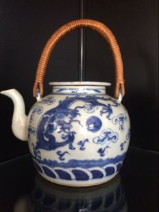 Porcelain teapot with a bamboo handle – China – 19th century