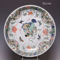 Beautiful large famille verte porcelain platter – Fine decoration of a Buddhist lion – China – early 18th century (Kangxi period)
