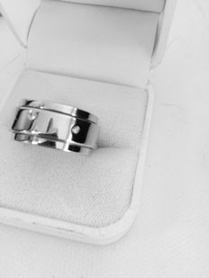 Piaget 'Possession' – Unisex 18 kt white gold Alliance ring with diamonds of 0.10ct – size 17.82 mm.