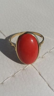 Ring with red Mediterranean coral – 18 kt gold.