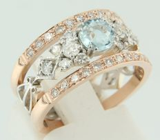 Bicolour, 14 kt gold, band ring set with a central Bolshevik cut aquamarine and thirty-four single cut diamonds, ring size 17 (53).