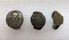 3 Medieval decorated bronze rings  23 mm x 23 mm, 20 mm x 20 mm, 20 mm x 20 mm (3)