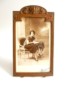 Art Nouveau picture frame of brown patinated bronze