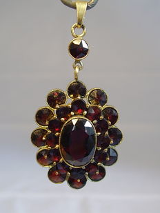 Big gold pendant with rose garnets in 3 level design