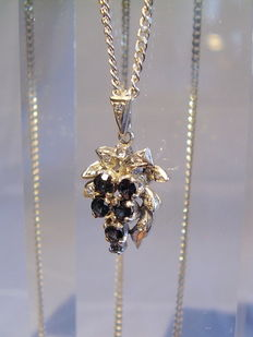 A silver pendant in grape design made of blue sapphires with 1.33 ct in total.