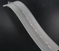 18 kt white gold tennis bracelet set with champagne-coloured and white brilliant cut diamonds of 2.10 ct in total