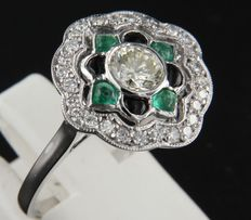 18 kt white gold ring in Art Deco style set with cabochon cut onyx and emeralds, and 28 brilliant cut diamonds, approximately 0.90 carat in total