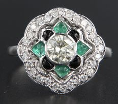 18 kt white gold ring in Art Deco style set with a central, 0.56 carat brilliant cut diamond, surrounded by cabochon cut onyx, emerald and 27 diamonds, ring size 18 (57)