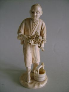 Okimono in ivory, the gardener trimming a peony plant – Japan – Early 20th century