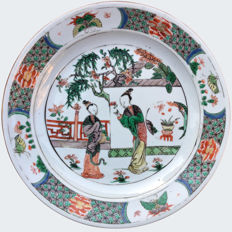 A famille verte dish with ladies - China - Kangxi period (1662-1722)