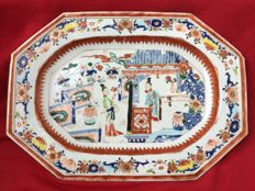 A polychrome platter dish decorated with figures - China - Yongzheng period (1722-1735)