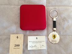 Limited edition Ferrari silver medal keyring - diameter 4 cm - 200 victories in Formula 1, with warranty certificate.