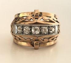 Impressive dome ring from the 1930s. In 18 kt gold and platinum, set with a row of 5 gorgeous diamonds Wesselton/VVS.