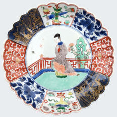 Anfamille verte lobed dish decorated with a lady - China - Kangxi period (1662-1722)