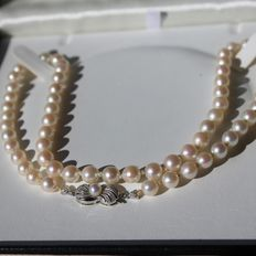 Antique Necklace with genuine salt water pearls Ø6.4mm to Ø6.7mm with silver pink reflections.