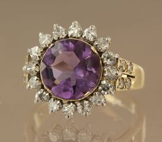 14 kt bi-colour gold entourage ring set with a central amethyst, approx. 2.14 carat in total, and an entourage of 24 single cut diamonds, approx. 0.64 carat in total ****NO RESERVE****