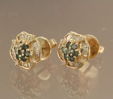 Yellow, 14 kt gold ear studs, set with tapered shape and brilliant cut diamonds, approx. 1.20 carat in total. No reserve.
