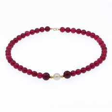 18 kt gold necklace- ruby - cultured pearl - gold trimmings. Necklace length: 48 cm.