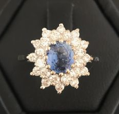 Grey gold (18 kt) daisy ring with a bright Ceylon sapphire (1 ct) in the centre in a double entourage of H/VVS diamonds (1 ct)