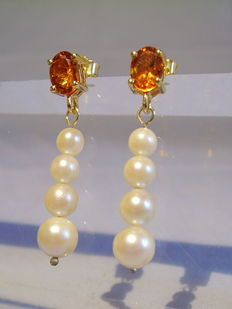 Earrings with facetted citrines of 1.5 ct as well as genuine Akoya pearl cascades