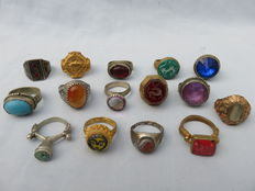 Collection of 14 old (signet) rings with stones/glass and niello inlay – 20th century