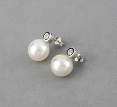 Earrings with brilliant-cut diamonds in white gold bezel settings and Australian South Sea pearls